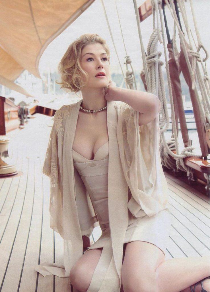Rosamund Pike | Rosamund pike, Rosamund pike bikini, Bond