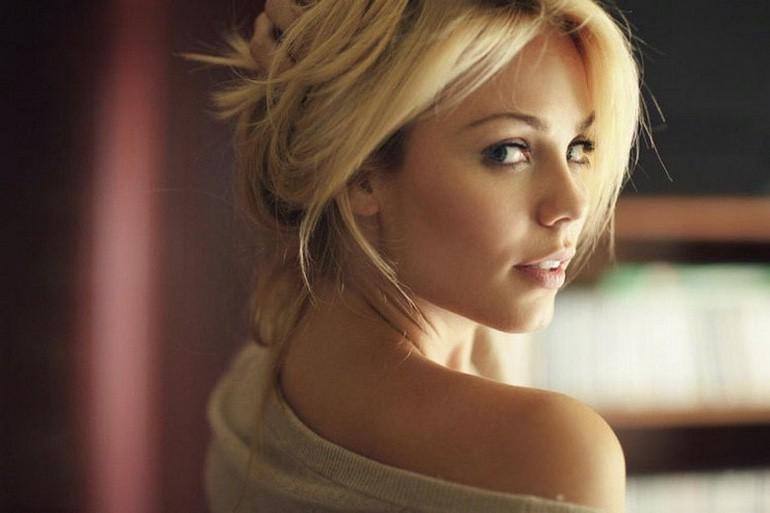 Women We Love: Laura Vandervoort (2)