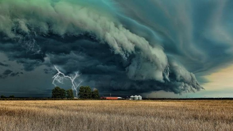 Supercell Thunderstorms are Dangerously Beautiful (1)